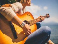 Musikerin mit Gitarre